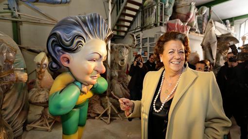 Imagen de Barberá durante su visita a la Ciudad del Artista Fallero