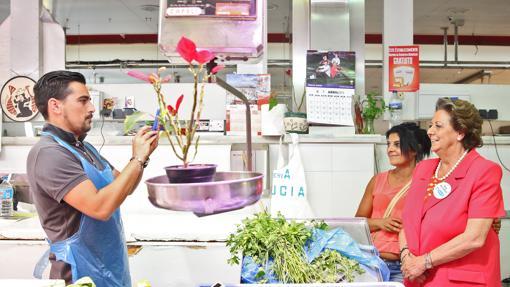 Imagen de Barberá durante una visita al Mercado del Cabanyal