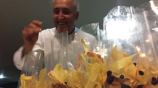 Adolfo Muñoz con sus palomitas preparadas para no dar sed