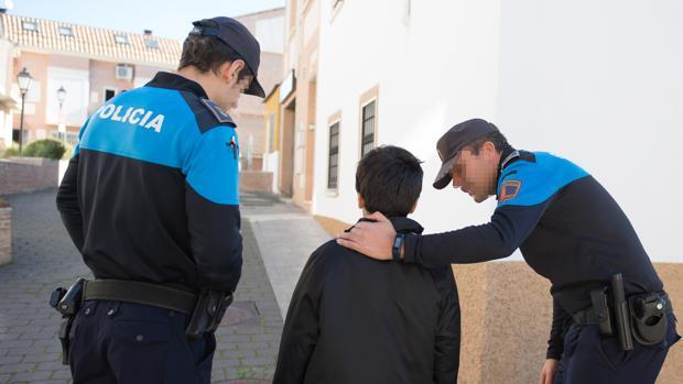 Dos policías locales, trabajando en la localidad