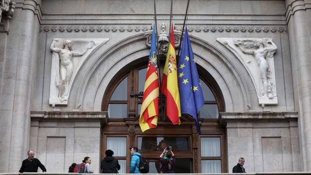 Imagen del Ayuntamiento de Valencia con las banderas a media asta