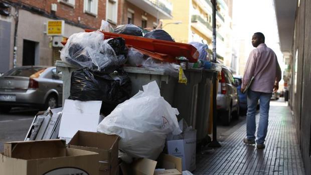 Cajas de cartón y basura acumulada en una calle de Villaverde