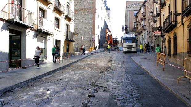 Las obras en la cuesta de Carlos V para sustituir el pavimento empezaron a finales de septiembre