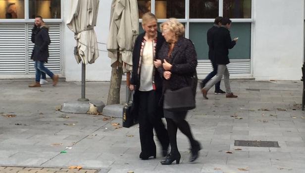 Manuela Carmena y Cristina Cifuentes, a la salida de su comida, en la plaza del Ángel