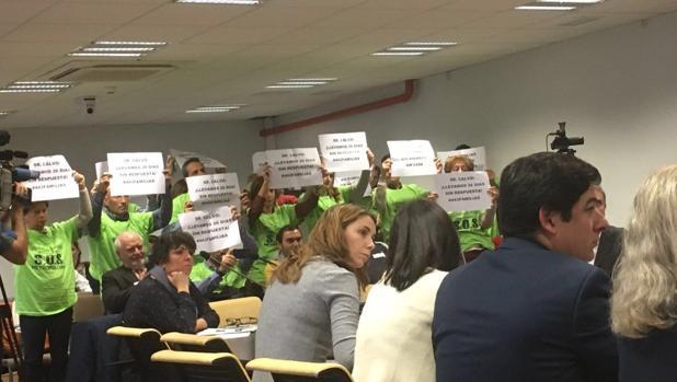 Los cooperativistas protestan con carteles en la comisión de Desarrollo Urbano Sostenible este miércoles