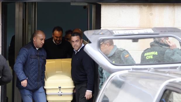 Los servicios funenarios sacan el cadáver del director de la oficina de La Solana