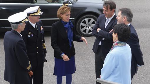 Cospedal dialoga con Ferrer-Dalmau (a su izq.), Bieito Rubido, Susana Pérez (alcaldesa de Pozuelo de Alarcón), el almirante López Calderón y el Jemad