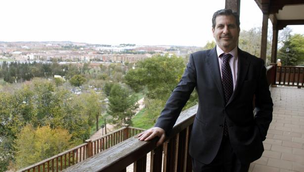 Manuel Madruga posa en la sede de Fedeto en Toledo, con el barrio de Santa Teresa al fondo