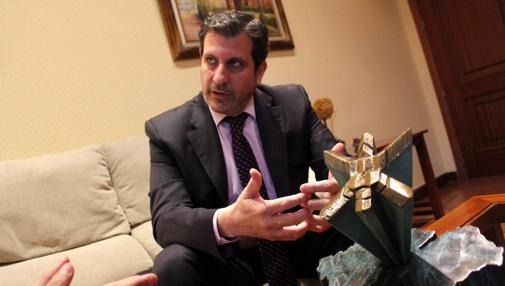 Madruga, en su despacho con el galardón que se entregará a los 20 premiados