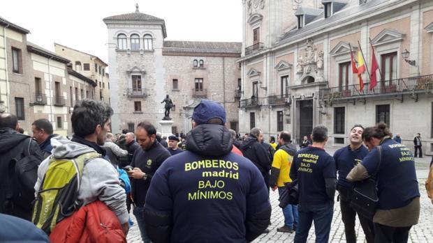Un grupo de bomberos, durante la protesta en la Plaza de la Villa