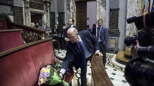 Bancada de los concejales del PP con flores