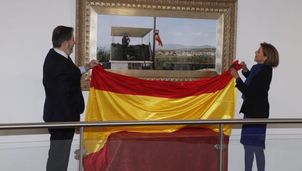 La ministra de Defensa, María Dolores de Cospedal, y el director de ABC, Bieito Rubido, desvelan el cuadro