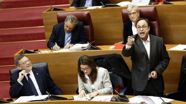 El conseller Vicent Soler, en las Cortes, junto a Ximo Puig y Mónica Oltra