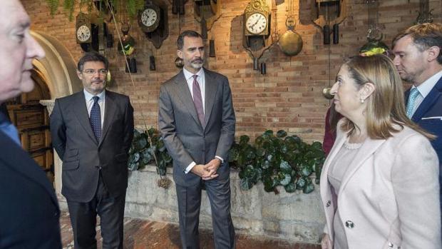 El Rey Felipe, acompañado por el ministro de Justicia, Rafael Catalá, y la presidenta del Congreso, Ana Pastor