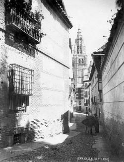 Calle de Santa Isabel, fotografiada por Casiano Alguacil, donde se encontraba la pensión de las hermanas Figueroa, en la que Galdós escribió parte de esta novela. (Archivo Municipal de Toledo)