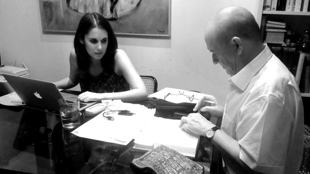 Francisco Carvajal y la diseñadora Alba Cárdenas trabajando en las labores de edición de «Ángel Guerra»