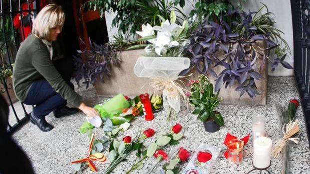 Los vecinos valencianos dejan rosas y velas en el portal de la casa de Rita Barberá