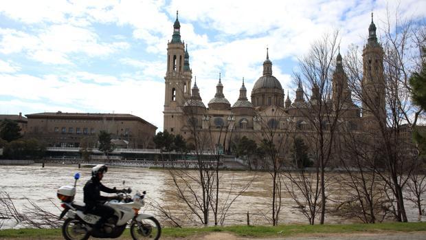 El río Ebro a su paso ante la zaragozana Basílica del Pilar