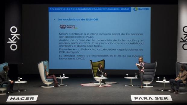 Los directivos de Iberdrola, Correos, (la presentadora del evento), Ilunion (de pie) e Ikea