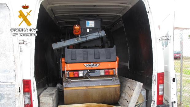 La apisonadora, en la furgoneta donde fue transportada