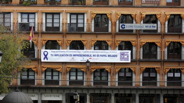 Una pancarta luce en la plaza de Zocodover de Toledo recordando la efeméride