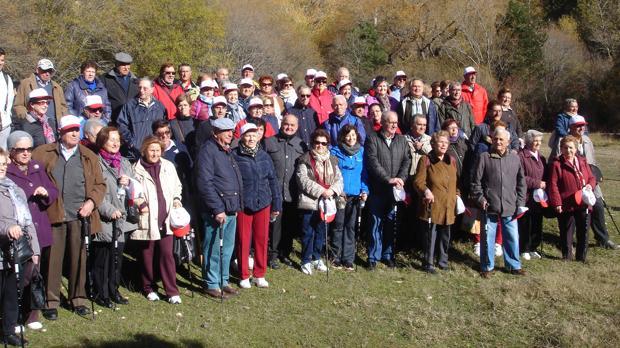 Un gruporealiza una de las rutas de senderismo del programa «Mayores en Marcha» en Uña