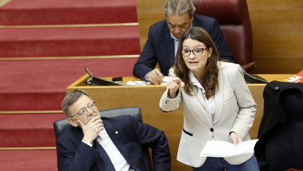 Imagen de archivo de Ximo Puig y Mónica Oltra tomada en las Cortes Valencianas