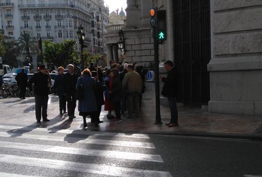 Imagen de la cola en el exterior del Ayuntamiento
