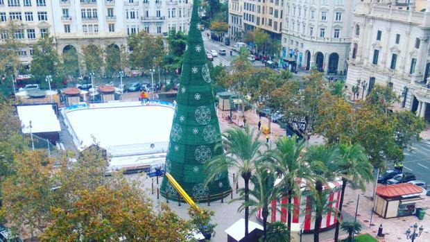 Imatge de l'arbre nadalenc a la plça de l'Ajuntament de València
