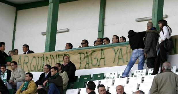 La imagen es de 2008, cuando los ultras del Toledo, los «Komandos Verdes», colocaron una pancarta en el palco para protestar contra la directiva de entonces