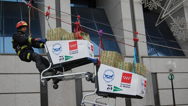 Un bombero, transportando los alimentos destinados al Banco de Alimentos