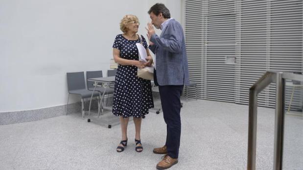 Manuela Carmena y Mauricio Valiente, en un momento del pleno del Ayuntamiento de Madrid