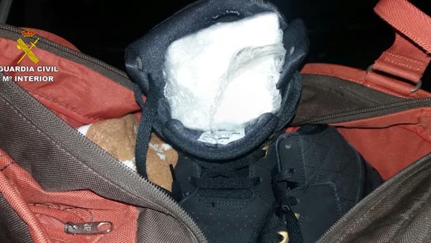Paquete con la droga, en contrado en el interior de una zapatilla de deporte