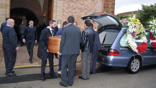Llegada del coche fúnebre que traslada el féretro con los restos mortales del director del banco fallecido por un disparo