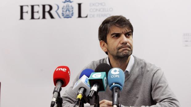 El alcalde de Ferrol, Jorge Suárez, durante una rueda de prensa