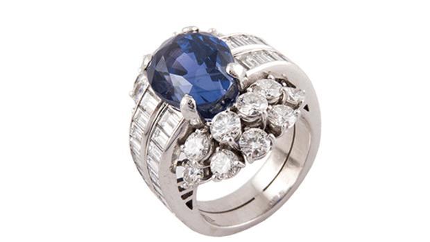 Un anillo de platino con un zafiro Ceylán, la gran pieza de la subasta del Monte de Piedad