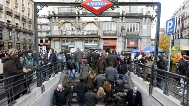 Una de las salidas del Metro en la Puerta del Sol, en plena Navidad