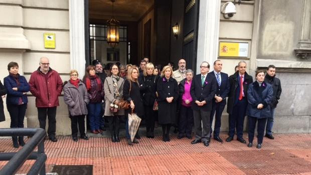 Sentidos minutos de silencio por el asesinato de la mujer en Fuenlabrada