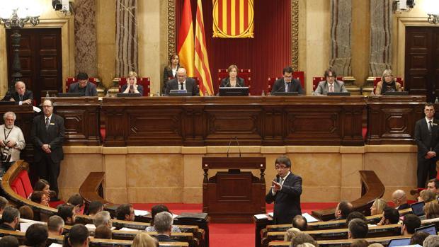El presidente de la Generalitat, Carles Puigdemont, se dirige a los diputados en el Parlamento catalán