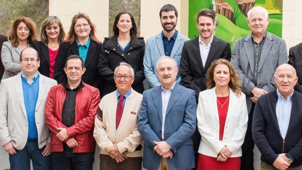 El alcalde, Antonio Pérez (centro, con bigote), junto a compañeros de candidatura en las elecciones