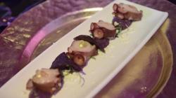 Pulpo con parmentier de patata violeta
