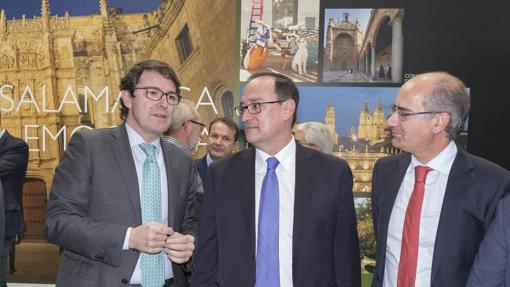 l alcalde de Salamanca, Alfonso Fernández Mañueco, y el presidente de la Diputación salmantina, Javier Iglesias, conversan con el director de Patrimonio y Urbanismo de Adif, Alfredo Cabello