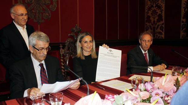 La alcaldesa de Toledo, Milagros Tolón, muestra el bando redactado para esta ocasión