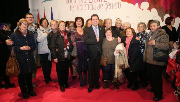 Page, rodeado de mujeres, en el acto institucional del Día contra la Violencia de Género