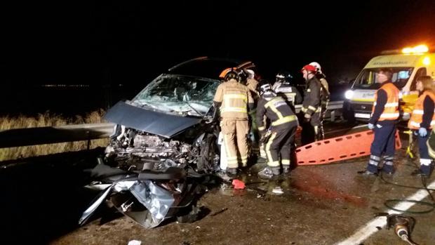 Los equipos de emergencias, ante uno de los vehículos siniestrados
