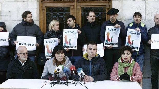 Los alcaldes de la Barranca y de otros municipios escenifican su adhesión a la manifestación en apoyo a los agresores de dos guardias civiles y sus parejas en Alsasua