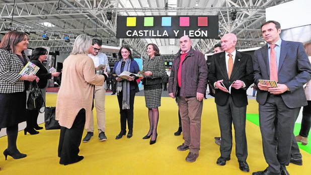 La consejera de Cultura, María Josefa García Cirac, junto a algunos de los alcaldes de los municipios que forman la nueva ruta