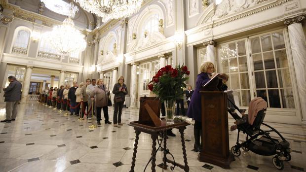 Colas en el Ayuntamiento de Valencia par firmar en el libro de condolencias