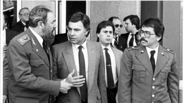 Castro, González y Ortega, a la salida del aeropuerto de Barajas, en febrero de 1984
