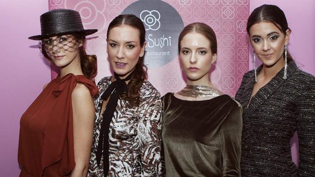 La diseñadora Barbara Torrijos con tres de las modelos participantes en el desfile
